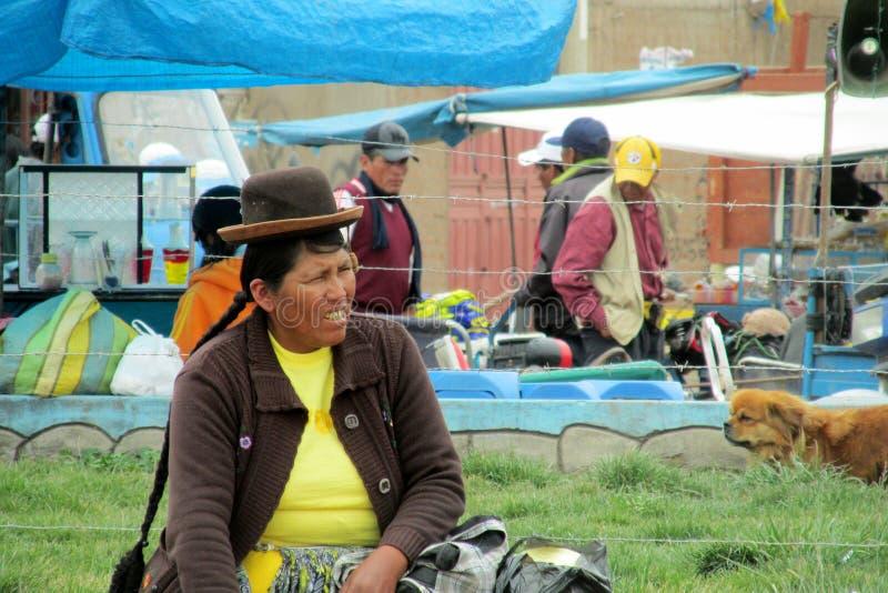 Quechua vrouw in traditionele doek bij de markt royalty-vrije stock fotografie
