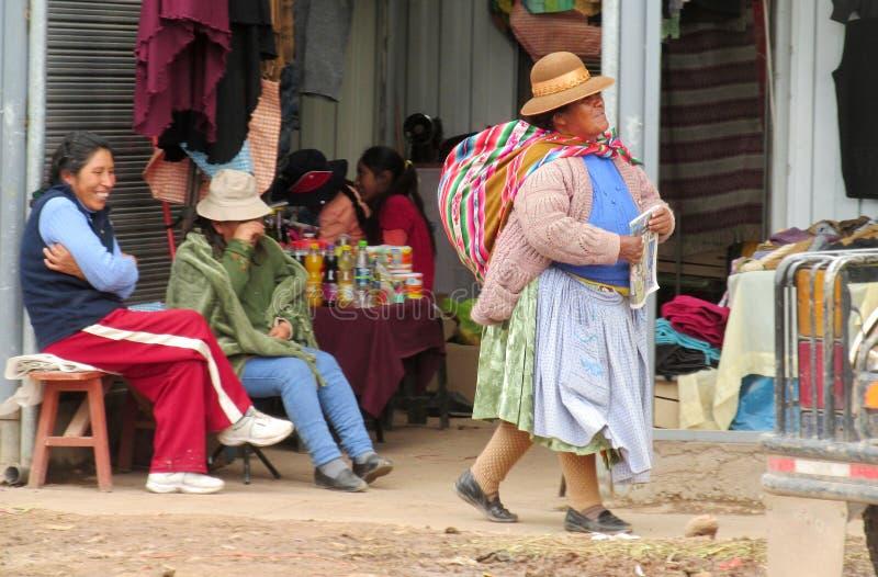 Quechua vrouw in traditionele doek bij de markt stock afbeeldingen