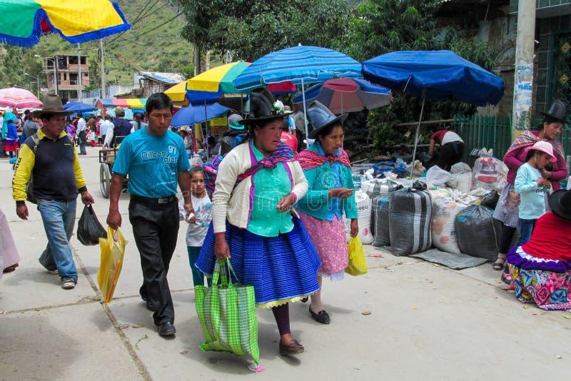 Quechua vrouw in traditionele doek bij de voedselmarkt royalty-vrije stock afbeelding