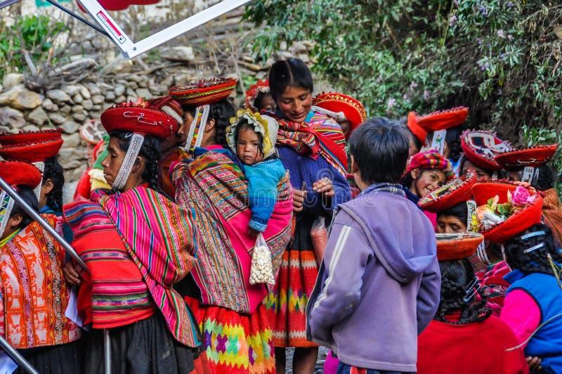 Quechuas ждать в деревне в Андах, Ollantaytambo, Перу стоковое изображение rf