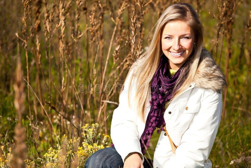 Queda ao ar livre tim da mulher loura adulta nova caucasiano foto de stock