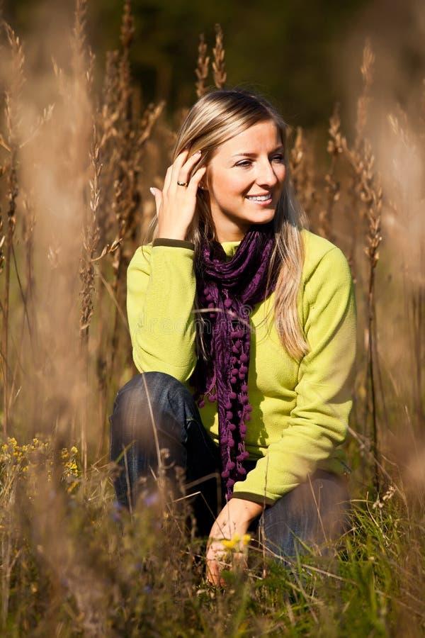 Queda ao ar livre tim da mulher loura adulta nova caucasiano fotografia de stock