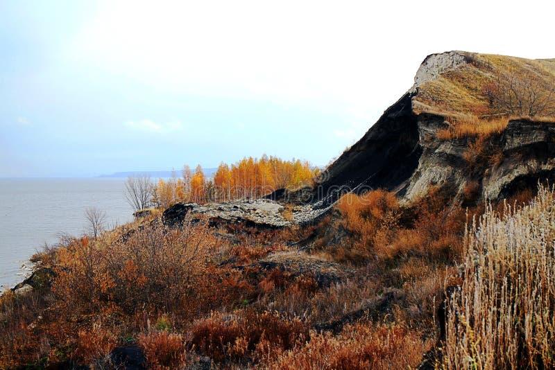 queda argilosa do rio pitoresco no outono foto de stock royalty free