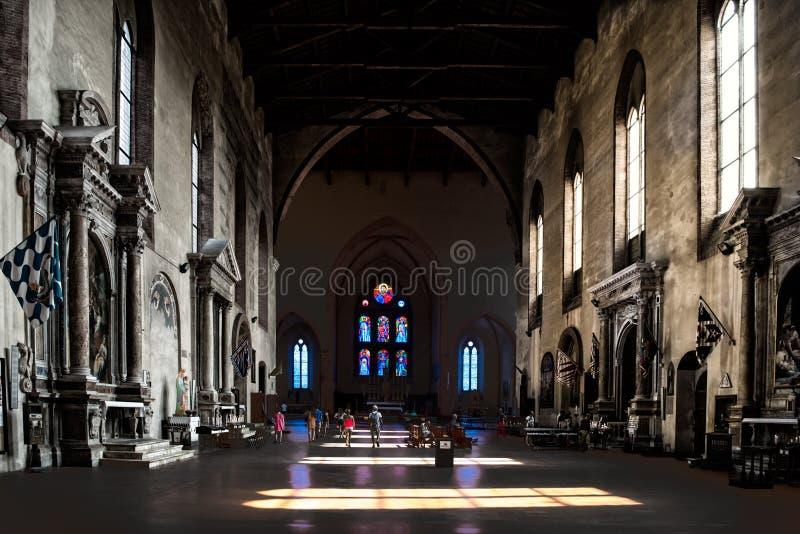 Queda clara através das janelas no assoalho da basílica San Domeniko Siena, Toscânia, Itália, luz e máscara na igreja foto de stock