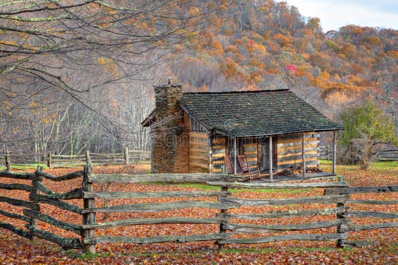 Queda com cabine e a cerca rústicas fotografia de stock