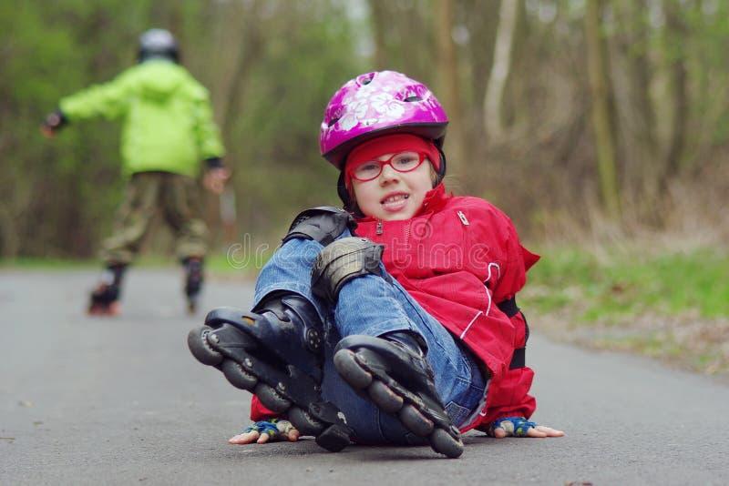 Queda da menina nos patins imagens de stock royalty free