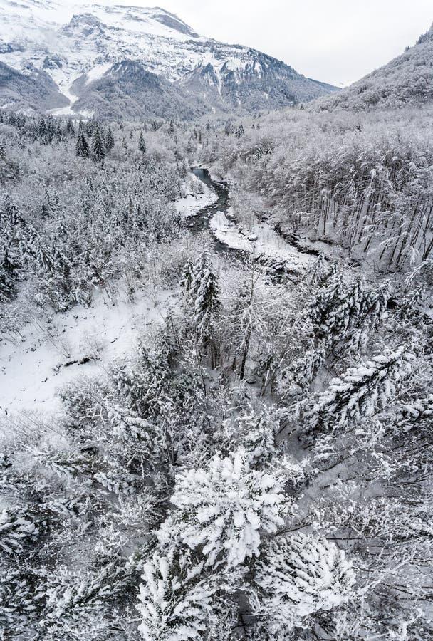 Queda de neve alpina alta nos cumes franceses foto de stock