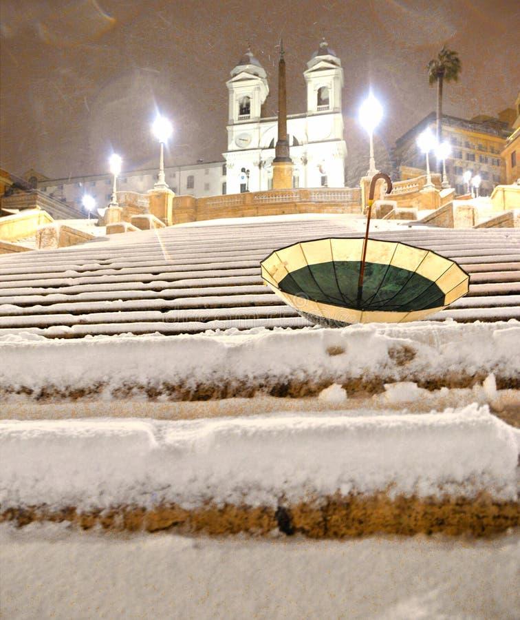 Queda de neve da noite no quadrado espanhol vazio e etapas em Roma com igreja Trinita di Monti no fundo, Itália Praça di Spagna imagem de stock