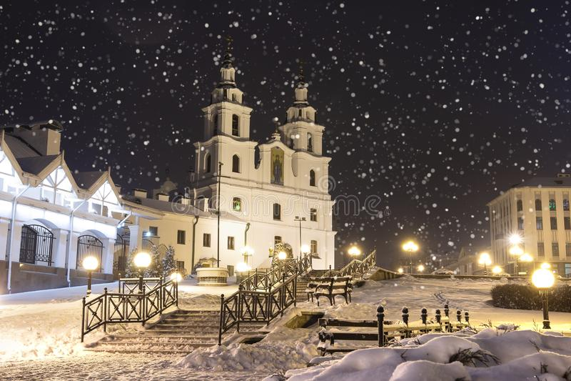Queda de neve em Minsk na noite do inverno, Bielorrússia Tempo do ano novo e do Natal na cidade de Minsk Arquitetura da cidade de fotografia de stock royalty free