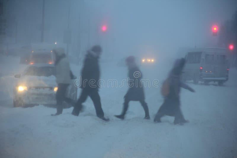 Queda de neve na cidade no crepúsculo foto de stock