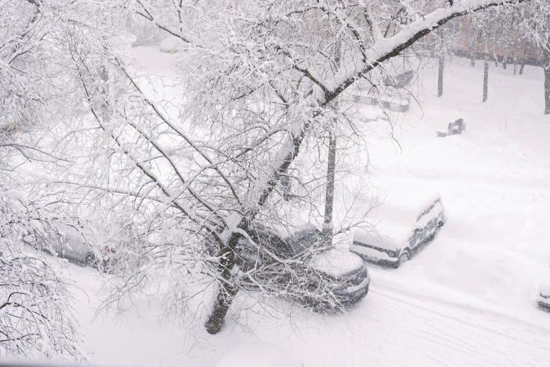 Queda de neve na cidade, a vista da janela foto de stock royalty free