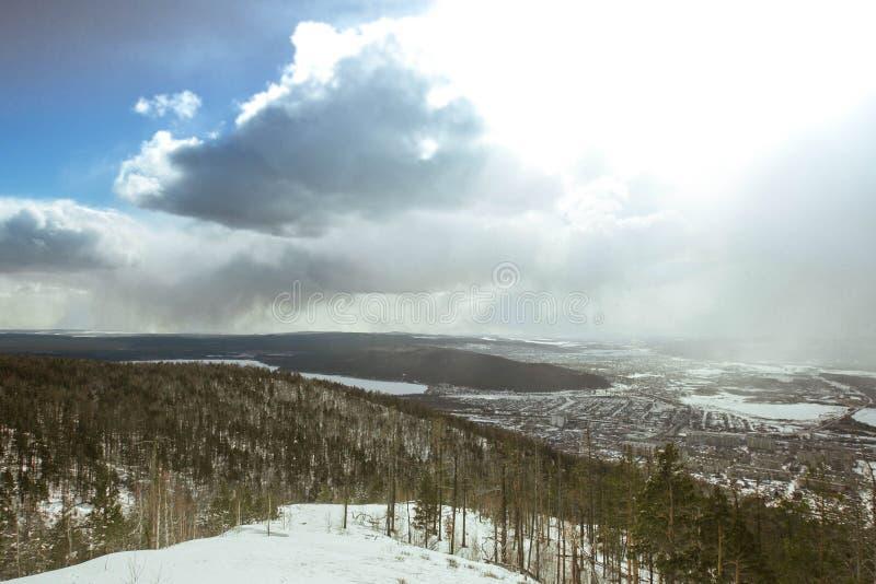 Queda de neve nas montanhas fotos de stock