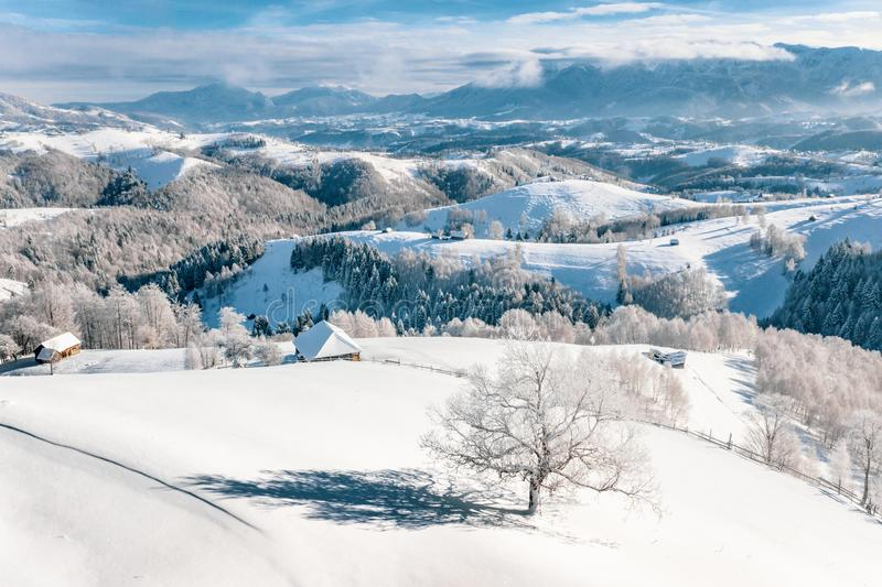 Queda de neve pesada em Romênia na passagem do farelo de Rucar na Transilvânia perto de Brasov e de Sinaia fotos de stock royalty free