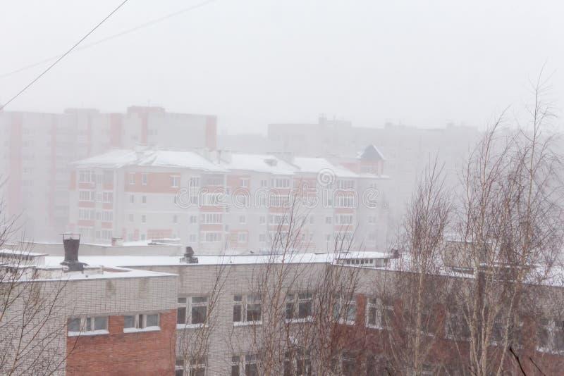 Queda de neve pesada na cidade foto de stock royalty free