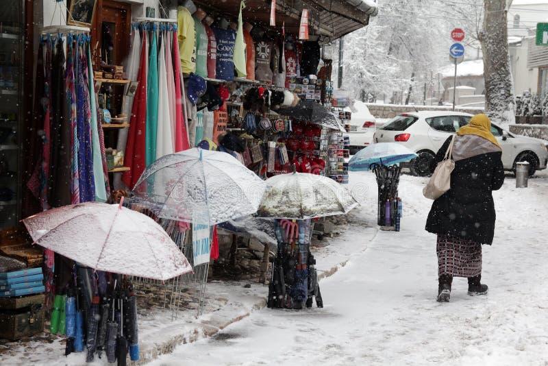 Queda de neve pesada nas ruas da cidade imagem de stock