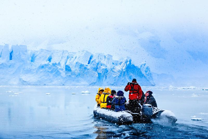 Queda de neve sobre o barco com turistas congelados fotos de stock