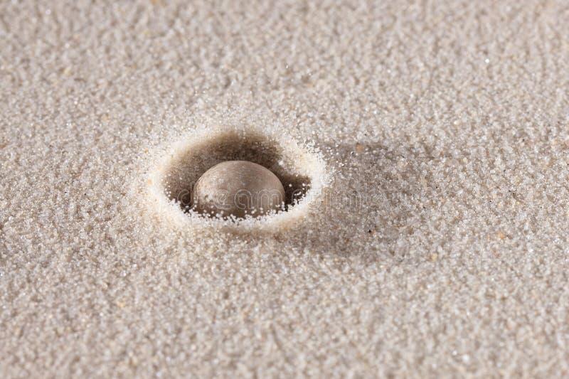 Queda de pedra para baixo na areia fotos de stock royalty free
