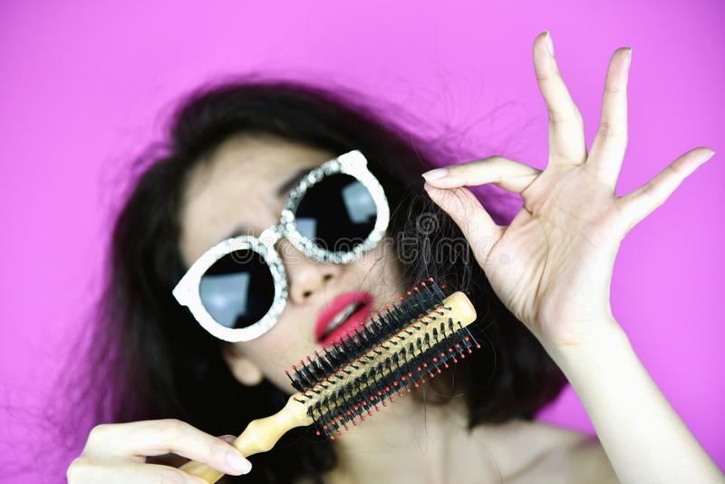 Queda do cabelo, preocupação da mulher sobre a perda de seu cabelo danificado seco imagem de stock