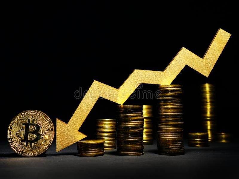 Queda do custo do btc de Bitcoin abaixo da seta e das moedas fotos de stock