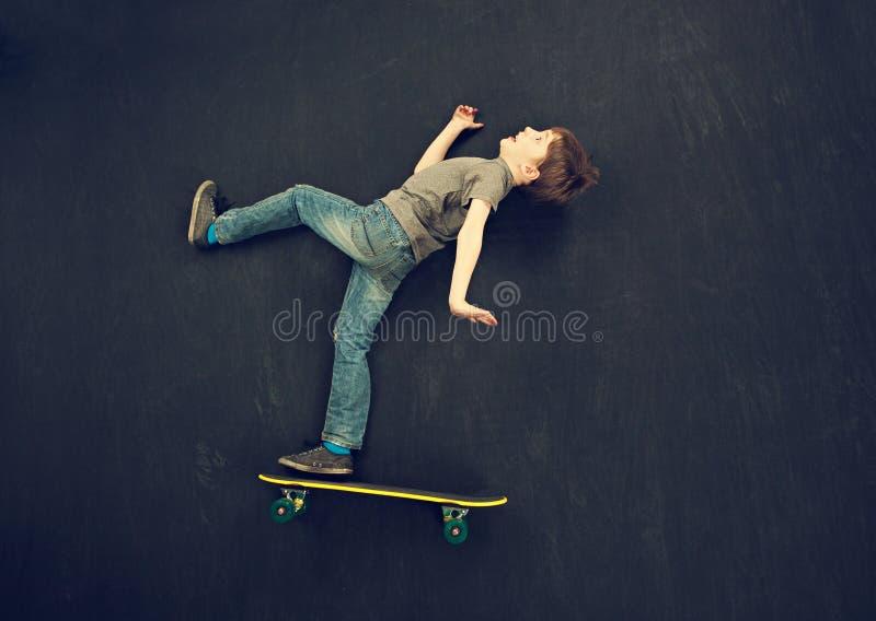 Queda do menino do skater fotos de stock royalty free