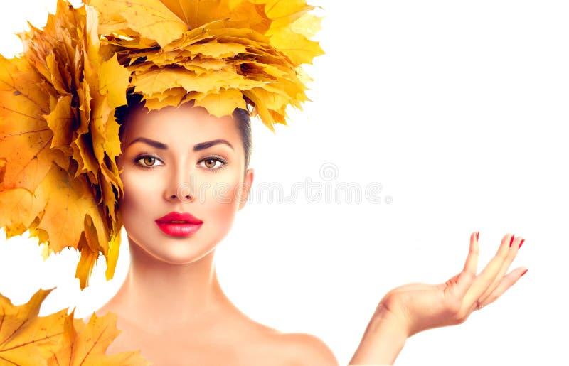 Queda Menina modelo da beleza com penteado brilhante das folhas do outono fotografia de stock