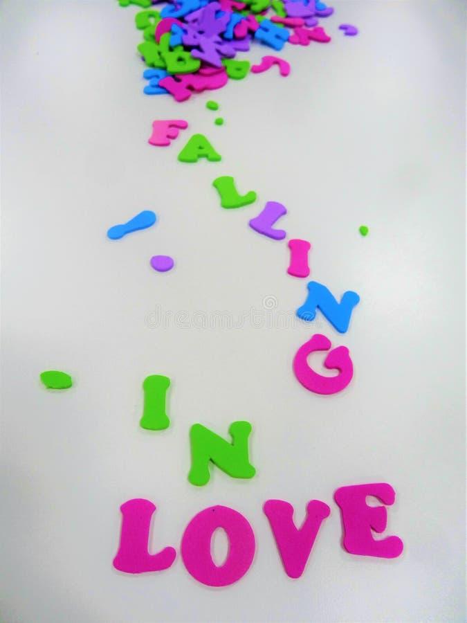 Queda no amor em uma mensagem imagens de stock