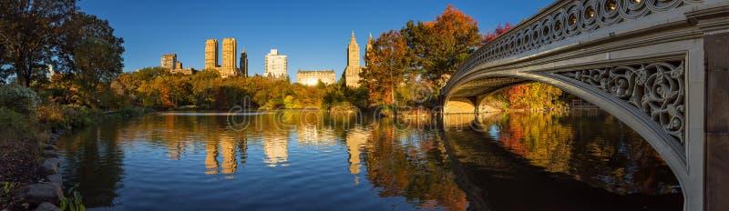 Queda no Central Park com a ponte da curva e o lago, New York City imagens de stock royalty free