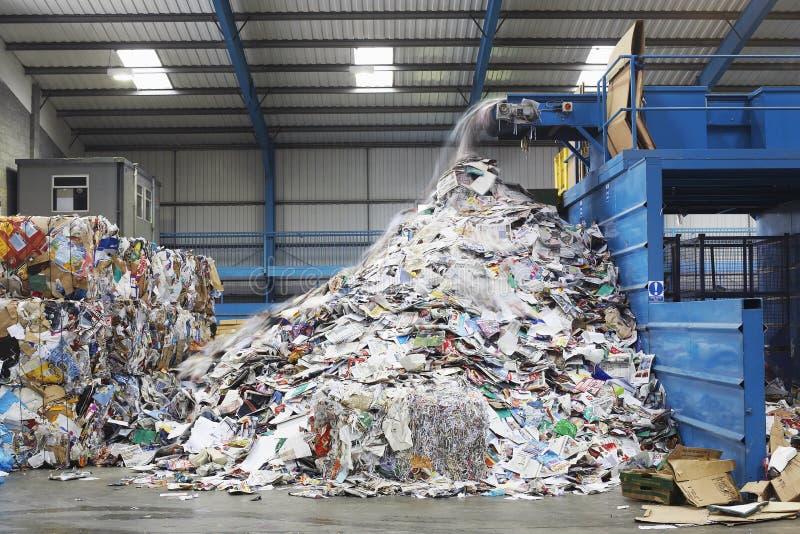 Queda Waste na pilha da correia transportadora fotos de stock