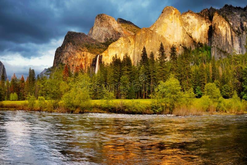 Quedas das montanhas do vale de Yosemite, parques nacionais dos E.U. fotografia de stock royalty free