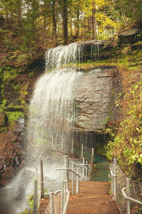 Quedas do soro de leite coalhado no sudoeste Pensilvânia no outono foto de stock