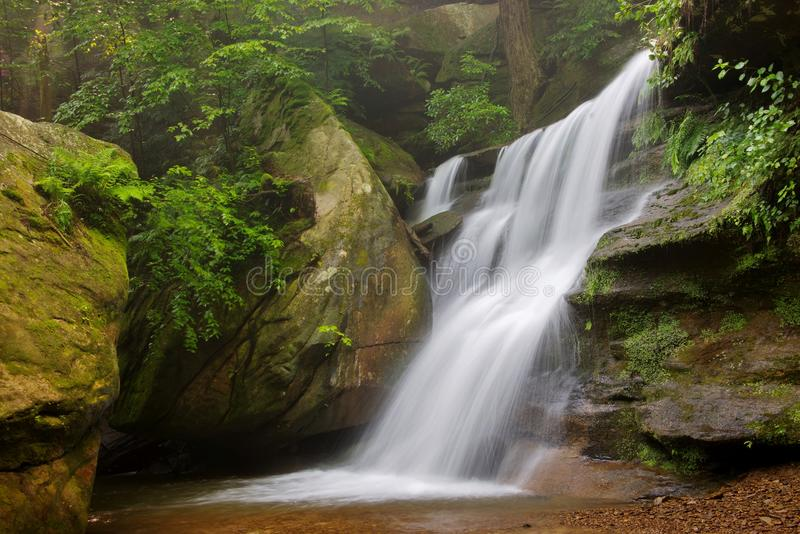 Quedas escondidas em montes Ohio de Hocking imagem de stock royalty free