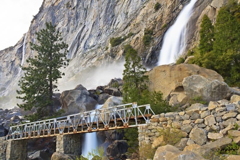 Quedas superiores e ponte de Wapama imagem de stock