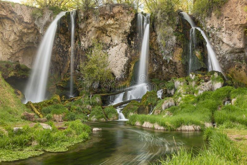 Quedas triplicar-se da pedra calcária e grama verde de Luish imagem de stock