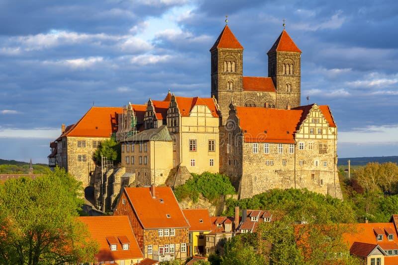 Quedlinburg slott på solnedgången, Tyskland royaltyfri foto