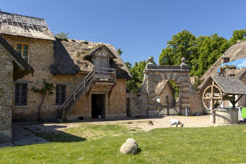 """Queenââ-'¬â """"¢s Hamlet, kleines Dorf um großen See an königlichem Palast Versailles nahe bei kleinem Trianon stockbild"""