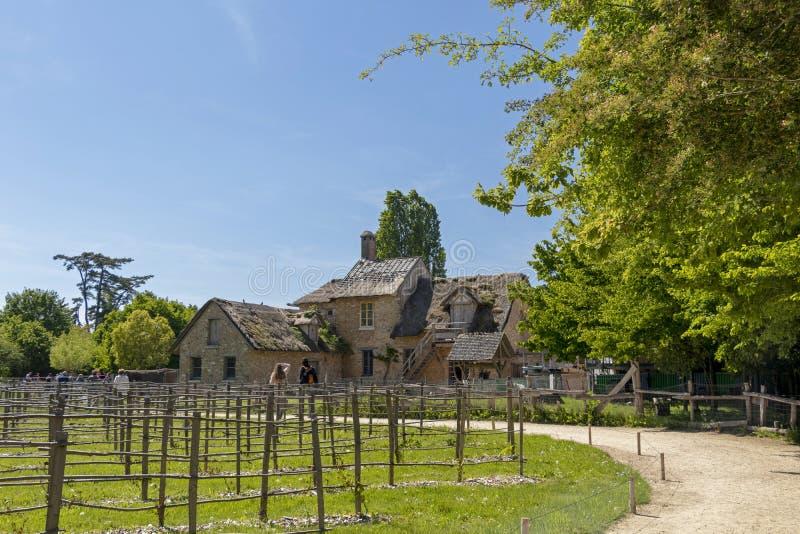 """Queenââ-'¬â """"¢s Hamlet, kleines Dorf um großen See an königlichem Palast Versailles nahe bei kleinem Trianon lizenzfreie stockfotografie"""