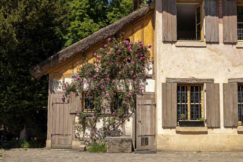 """Queenââ-'¬â """"¢s Hamlet, kleines Dorf um großen See an königlichem Palast Versailles nahe bei kleinem Trianon stockfotografie"""