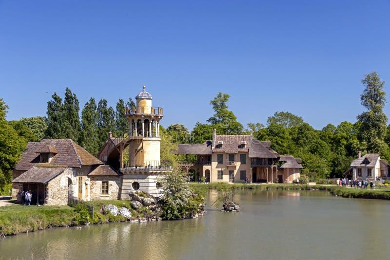 """Queenââ-'¬â """"¢s Hamlet, kleines Dorf um großen See an königlichem Palast Versailles nahe bei kleinem Trianon lizenzfreies stockbild"""