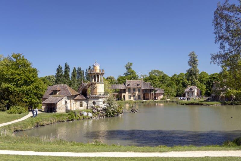 """Queenââ-'¬â """"¢s Hamlet, kleines Dorf um großen See an königlichem Palast Versailles nahe bei kleinem Trianon stockfoto"""