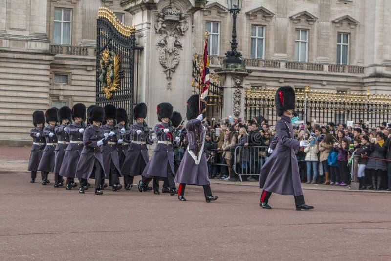 Queen' guardia de s - Buckingham Palace - Londres - Reino Unido fotografía de archivo