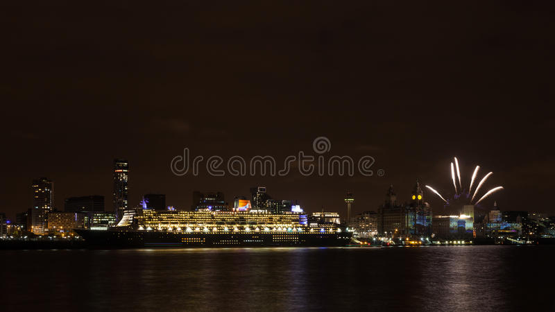 Queen Mary 2 amarré à quai sur le bord de mer de Liverpool images libres de droits