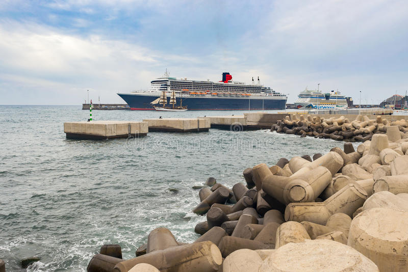 Queen Mary 2 dokujący w schronieniu zdjęcie stock