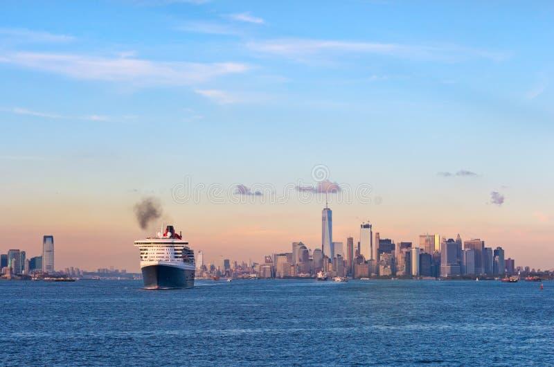 Queen Mary 2 kryssningskepp i den New York hamnen USA royaltyfria foton