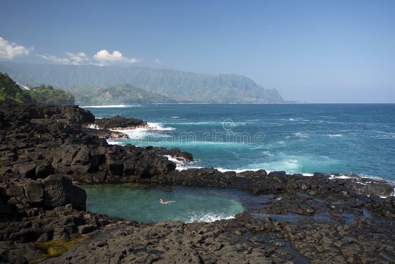 Queensbadet som ser in mot kust för Na Pali, Kauai, Hawaii arkivbild