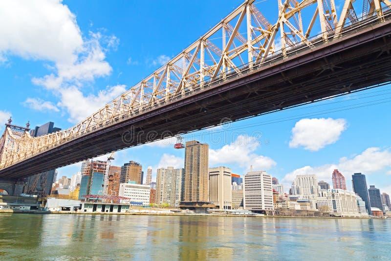Queensboro bro och Roosevelt Island Tramway över East River i New York City royaltyfri fotografi