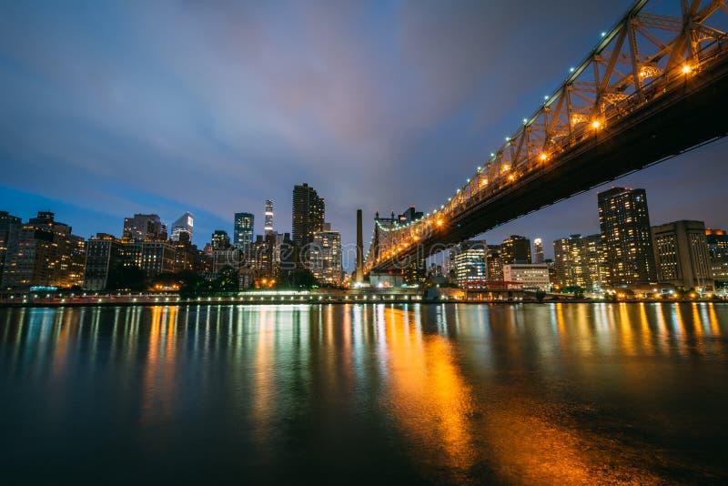 Queensboro most przy noc?, widzie? od Roosevelt wyspy w Miasto Nowy Jork obrazy royalty free
