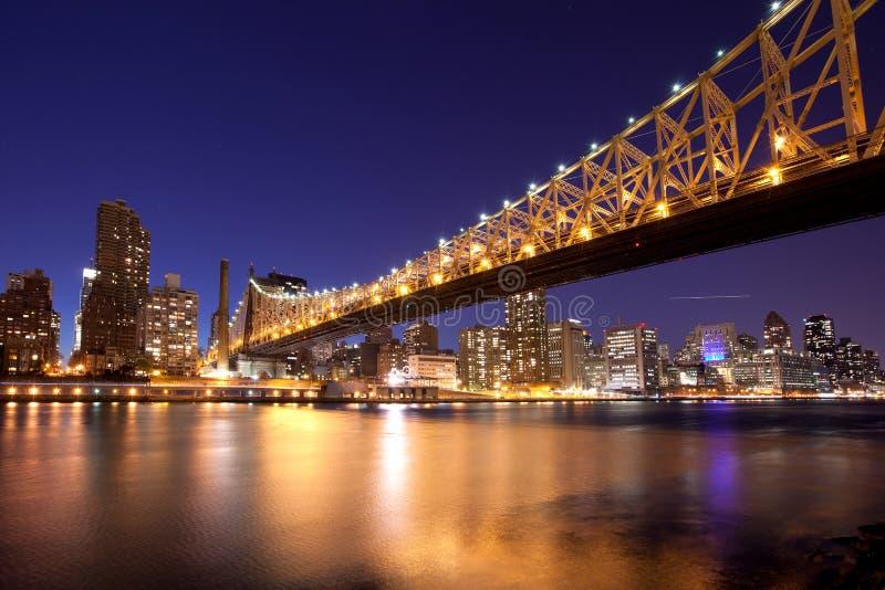 Queensborobrug bij nacht stock fotografie