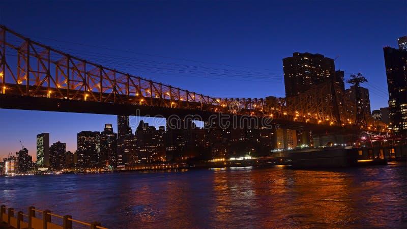 Queensborobrug die Manhattan verbinden met Roosevelt Island stock foto's