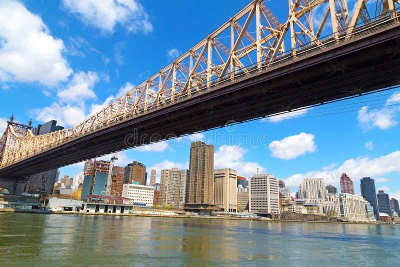 Queensborobrug en mening over Manhattan van Roosevelt Island in de lente stock foto's