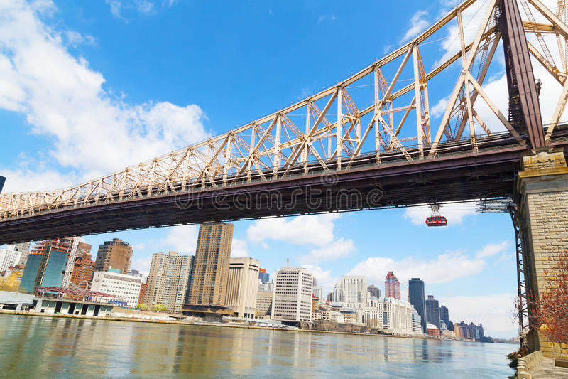 Queensborobrug en Roosevelt Island Tramway met mening over Manhattan, New York stock afbeeldingen